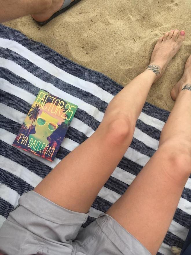 Lezen op strand